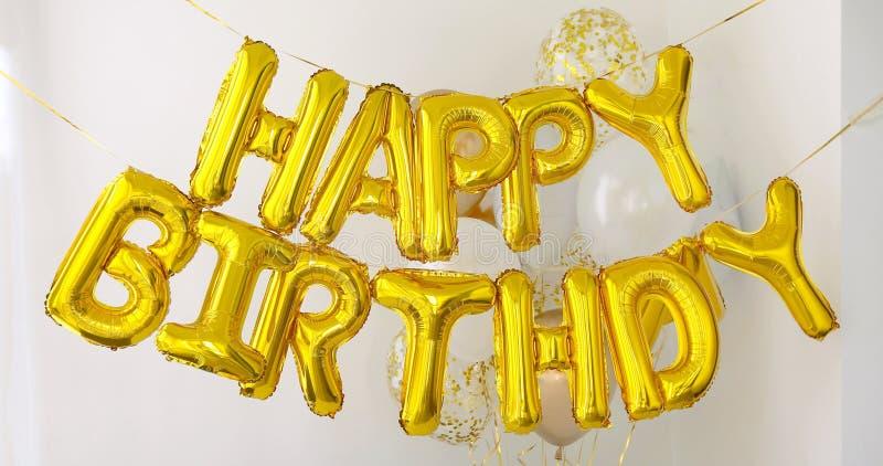 Guld- ord för LYCKLIG FÖDELSEDAG som göras av ballonger arkivfoton