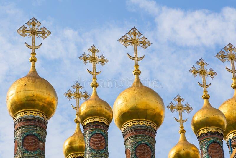 Guld- ortodoxa kors och kupoler av kyrkan av Kristi födelsen, Moskva, Ryssland arkivfoto