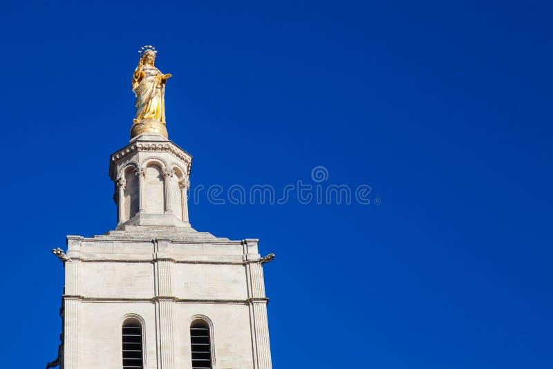 Guld- oskuld Mary Statue på slotten av påvarna i Avignon arkivfoton