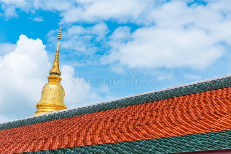 Guld- pagod bak tempeltaket på Wat Phra That Hariphunchai arkivfoto