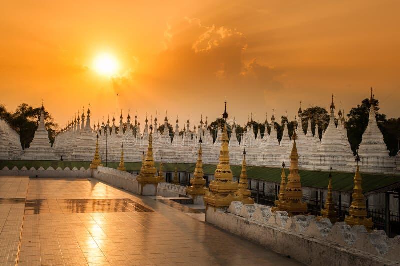 Guld- pagoder är på den Sagaing kullen, Myamar royaltyfri bild