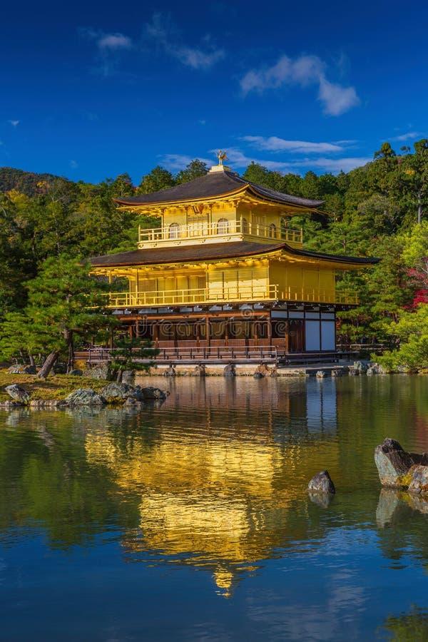 Guld- paviljongKinkakuji tempel i Kyoto Japan arkivbild