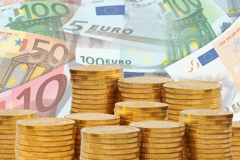 Guld- pengarbuntar framme av en hög av eurosedlar Europengar och finansbegrepp royaltyfri fotografi