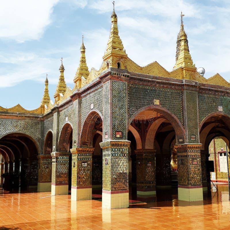 Guld- pläterad tempel i Myanmar arkivbilder