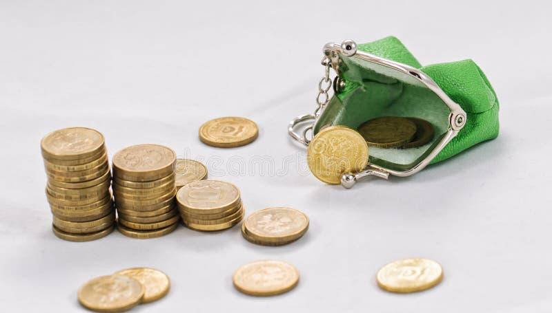 Guld pläterade mynt är i buntar royaltyfri foto