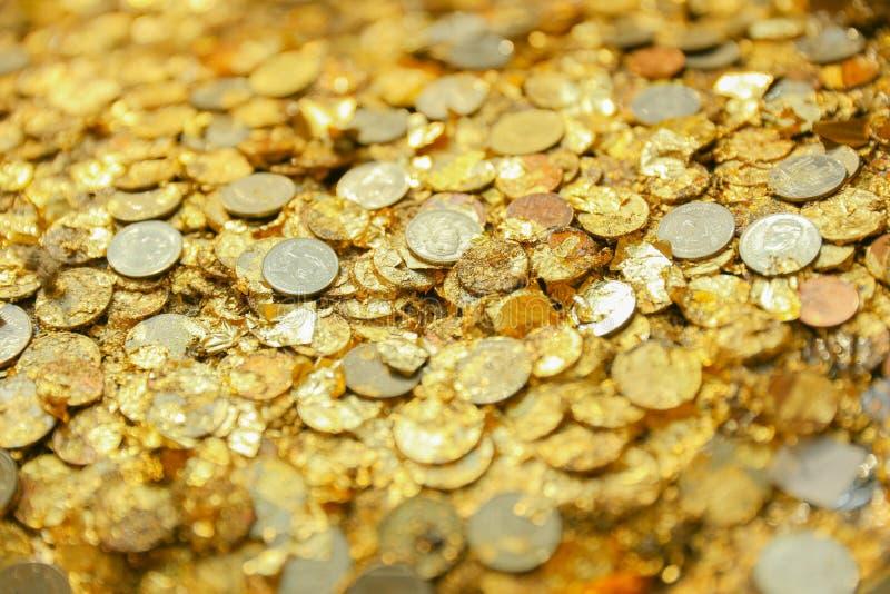 Guld- plattafolie för Closeup med myntet på den thailändska tempelBuddha fotografering för bildbyråer