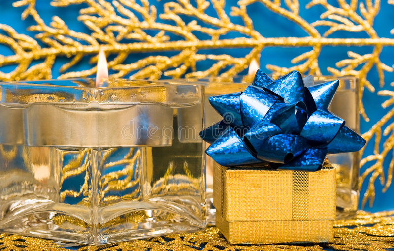 guld- present för stearinljus royaltyfri bild