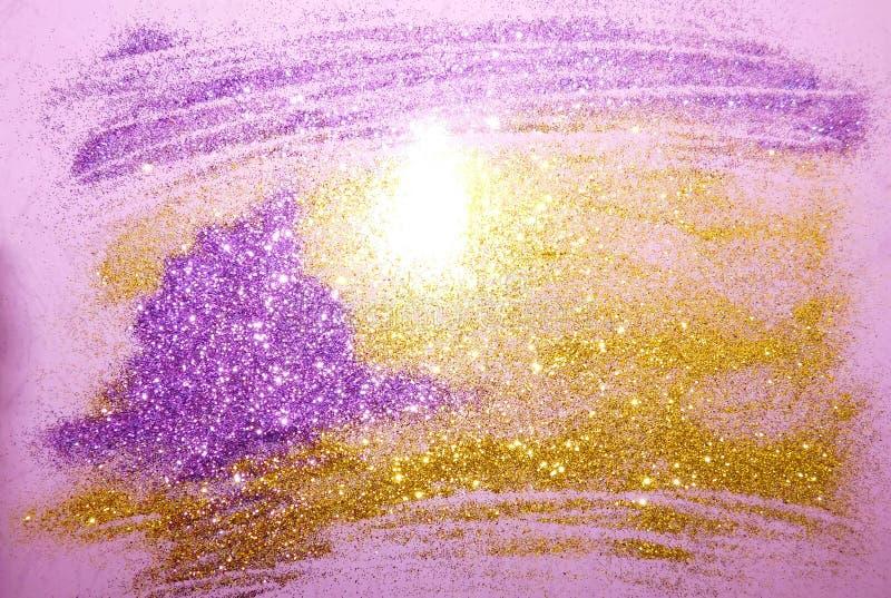 Guld- purpurfärgad bakgrund och färgrik bokeheffekt arkivbilder