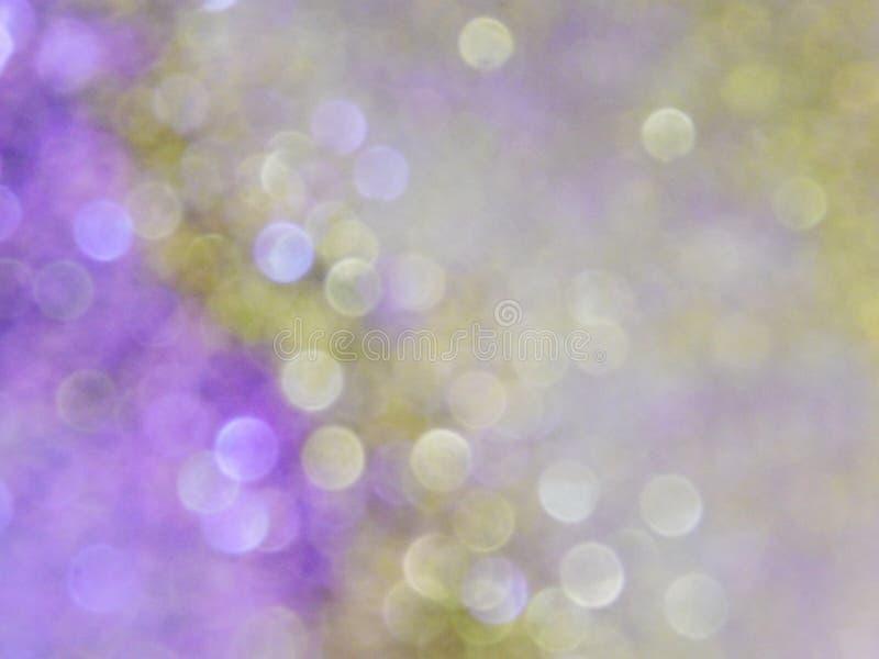 Guld- purpurf?rgad bakgrund och f?rgrik bokeheffekt royaltyfri bild