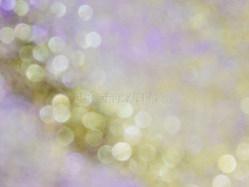 Guld- purpurf?rgad bakgrund och f?rgrik bokeheffekt royaltyfri foto