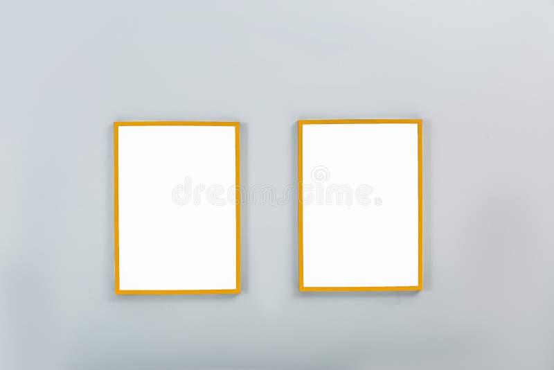 Guld- ramar med tomma kanfaser på väggen arkivbild