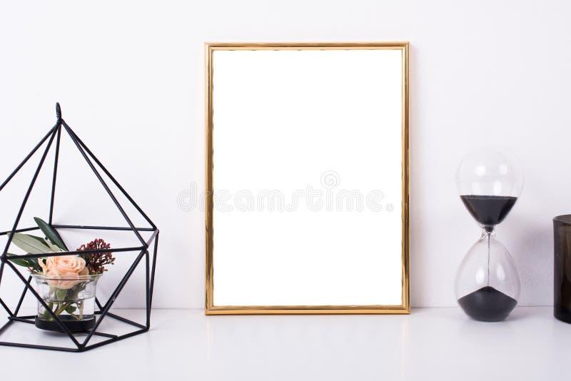 Guld- rammodell på den vita väggen arkivfoton