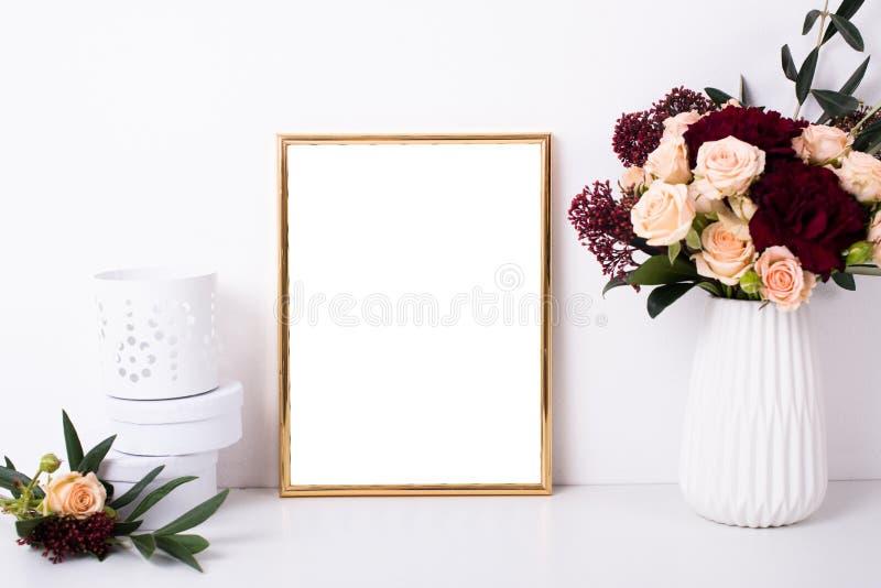 Guld- rammodell på den vita väggen royaltyfri foto