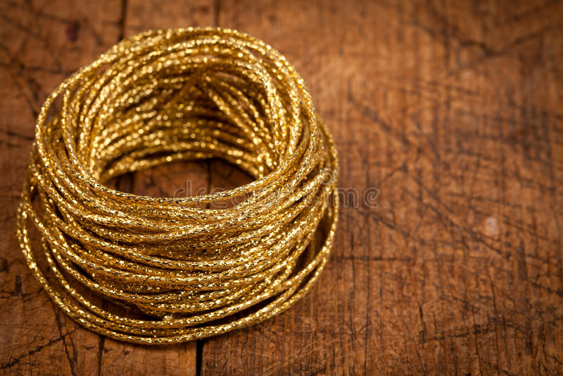 Guld- rep på trätabellen arkivfoton