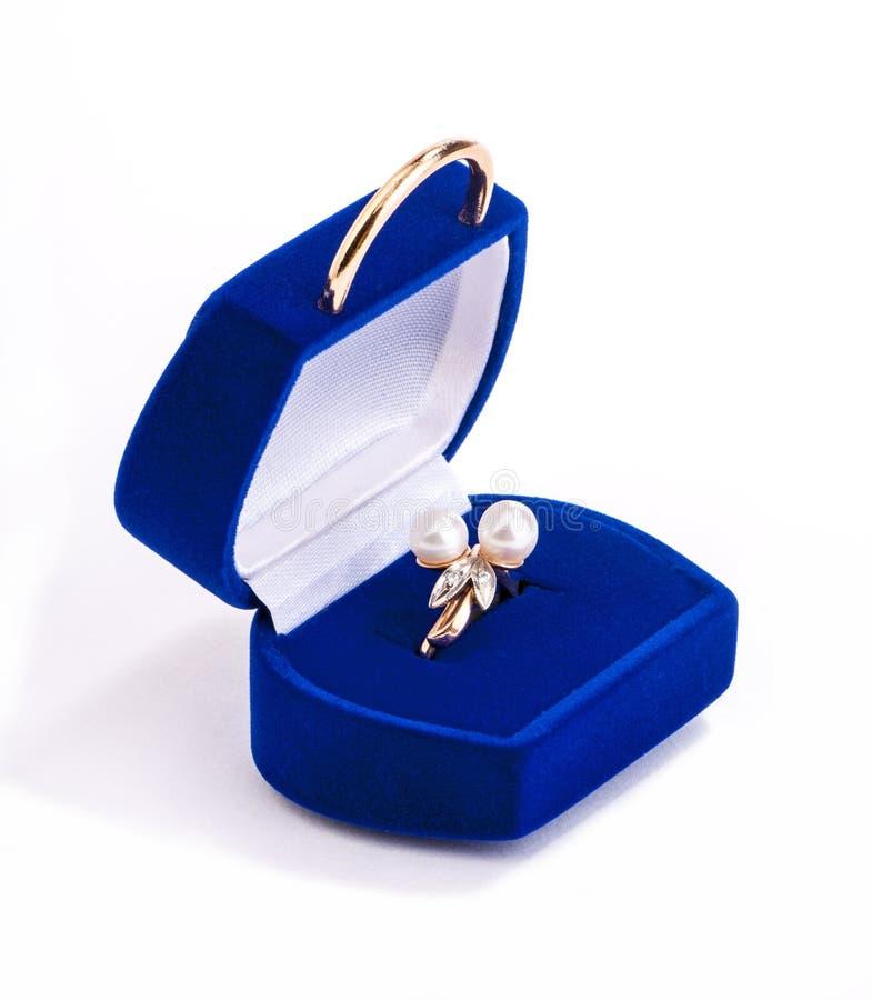 Guld- ringa med pärlor i gåva boxas royaltyfria bilder