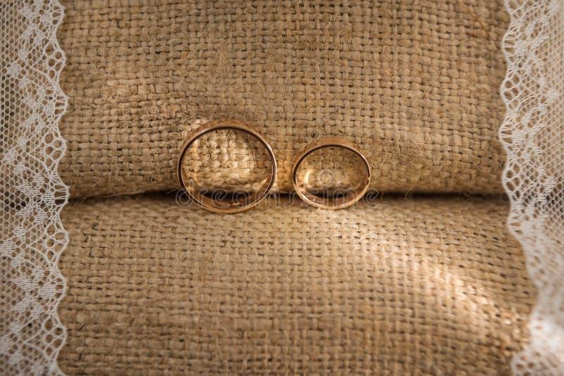 Guld- ringer arkivbilder