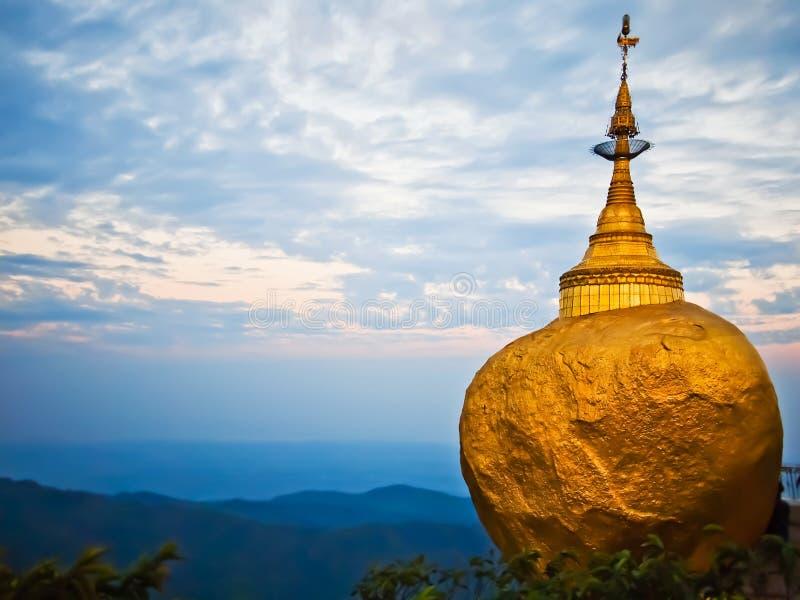 Guld- rock, Kyaikhtiyo pagoda, Myanmar royaltyfria foton
