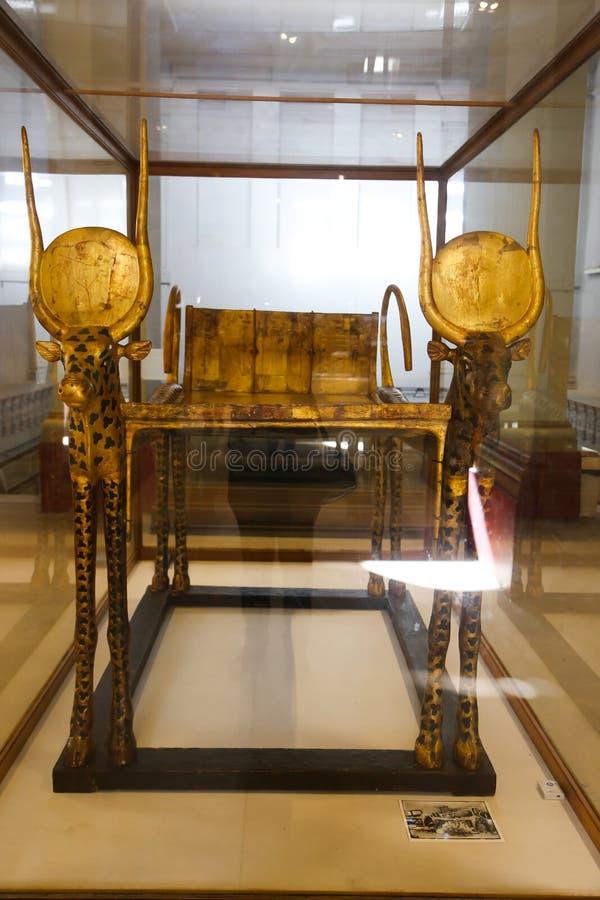 Guld- säng av den spända Ankh Amonskatten - egyptiskt museum arkivfoton