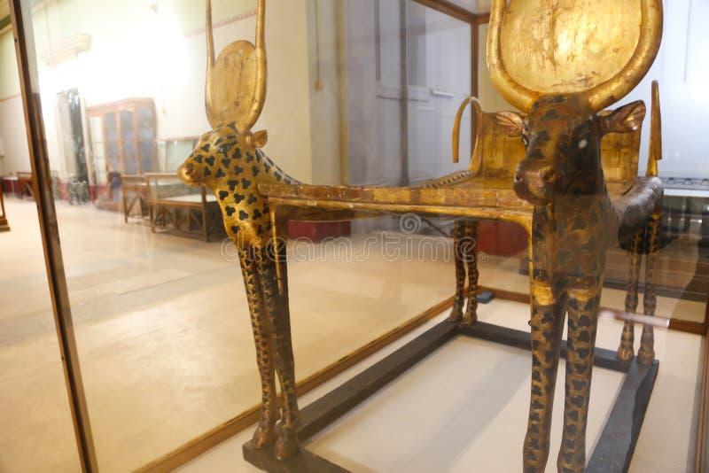 Guld- säng av den spända Ankh Amonskatten - egyptiskt museum arkivfoto