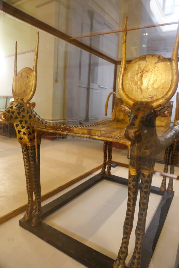 Guld- säng av den spända Ankh Amonskatten - egyptiskt museum royaltyfria foton