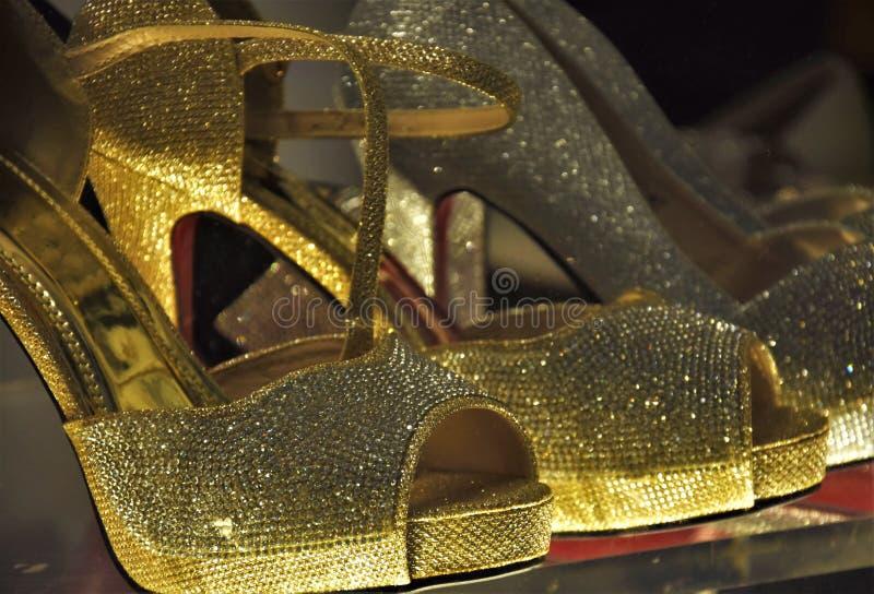 Guld- sandaler med höga häl fotografering för bildbyråer