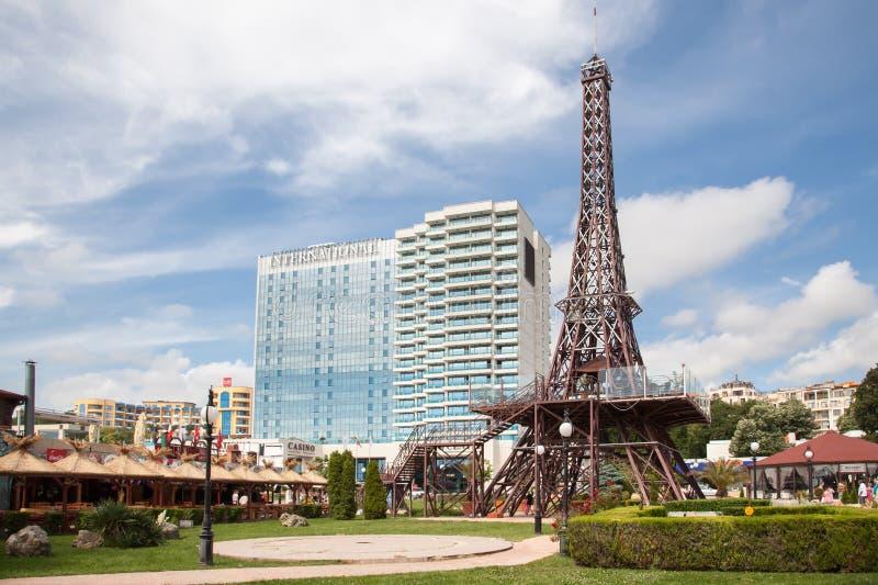 Guld- sander Varna, Bulgarien 5 JUNI, 2017: Mini Eiffel Tower och internationellt hotell i guld- sander, Zlatni Piasaci popul?rt arkivfoton