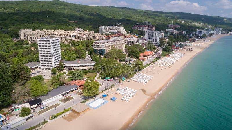 GULD- SANDSTRAND, VARNA, BULGARIEN - MAJ 15, 2017 Flyg- sikt av stranden och hotellen i guld- sander, Zlatni Piasaci Populärt s royaltyfri fotografi
