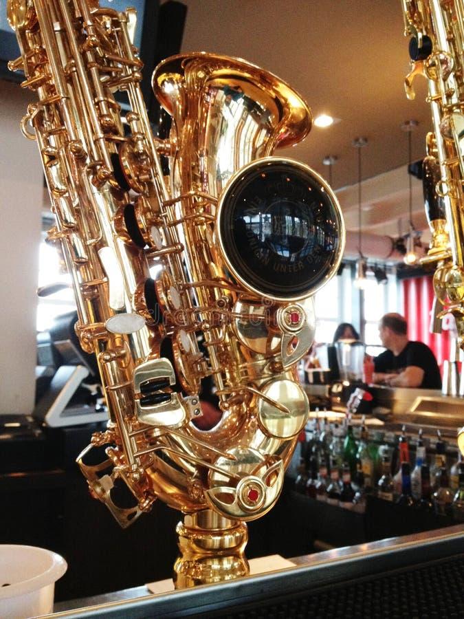 Guld- saxofon för Closeup royaltyfri fotografi