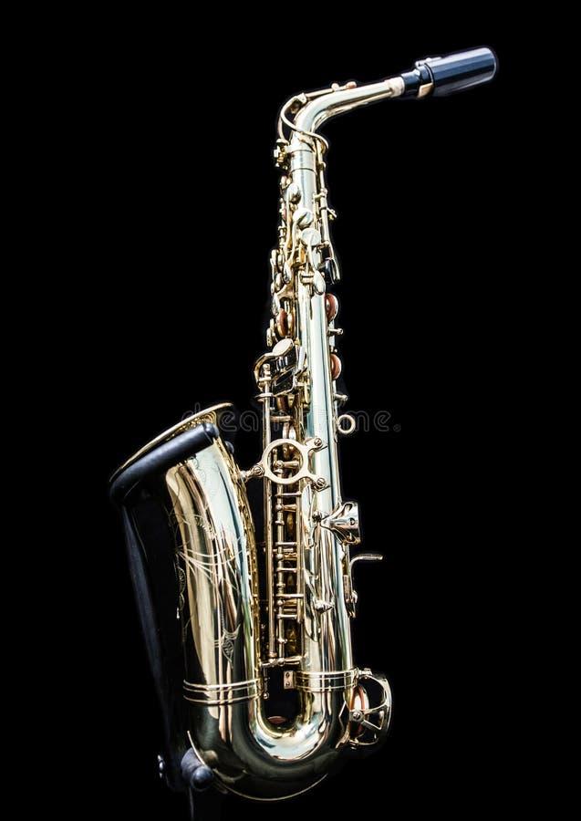 Guld- saxofon i dess ställning royaltyfri bild