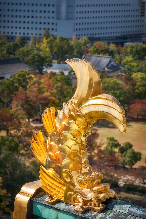 Guld- Shachi - skulptural detalj p? h?rnen av taket p? Osaka Castle i Japan royaltyfria foton