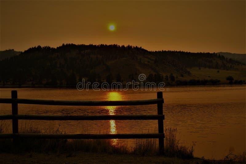 Guld- Silhouetted staket i den Montana morgonsoluppgången arkivfoto