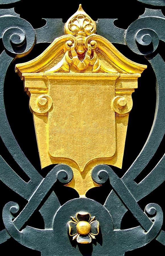 guld- sköld royaltyfri foto