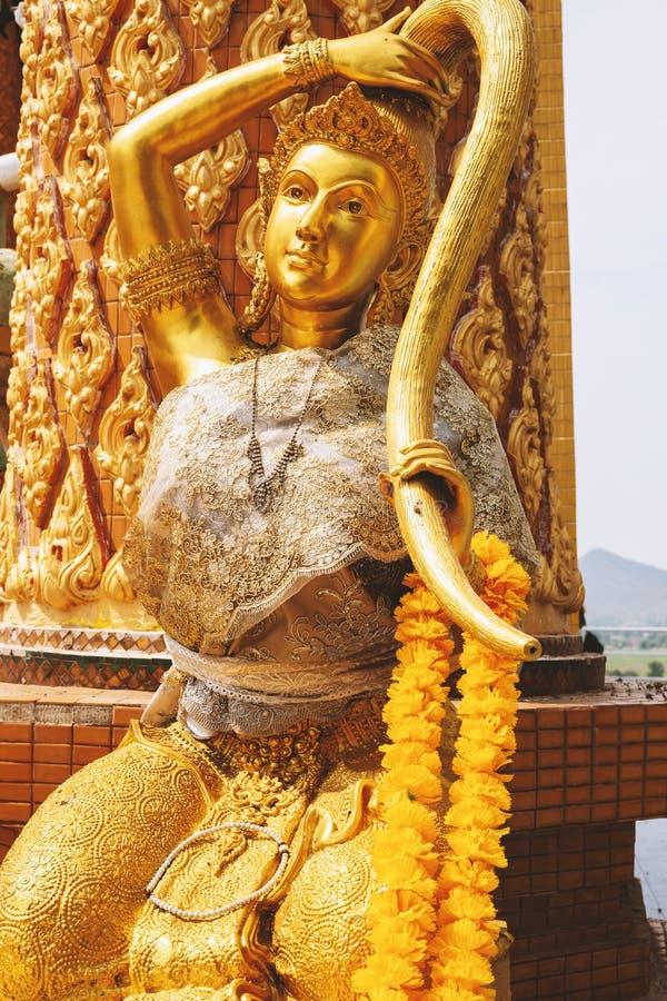 Guld- skulptur nära templet arkivbild