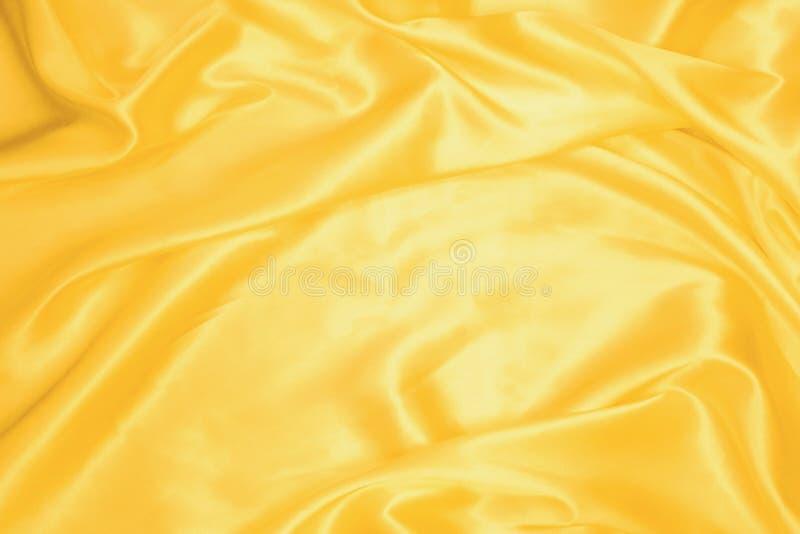 Guld- slät satäng eller siden- texturbakgrund Materiella textiler för elegant torkduk Vit tygabstrakt begrepptextur Lyxig satäng royaltyfria bilder