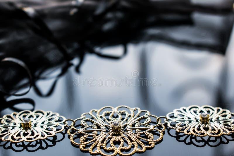 Guld- smycken är gula och olika skuggor Smycken från metalllegeringen med openwork modeller på den reflekterande yttersidan royaltyfri foto
