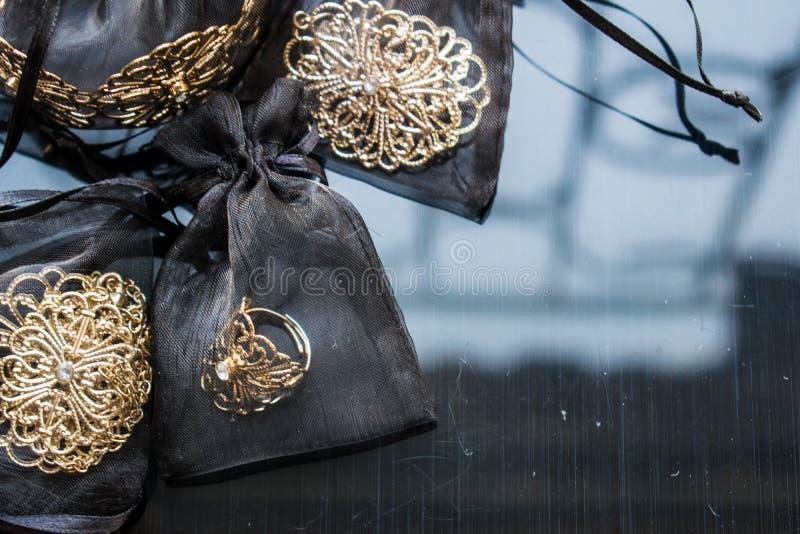 Guld- smycken är gula och olika skuggor Smycken från metalllegeringen med openwork modeller på den reflekterande yttersidan arkivbild