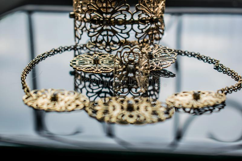 Guld- smycken är gula och olika skuggor Smycken från metalllegeringen med openwork modeller på den reflekterande yttersidan royaltyfri bild