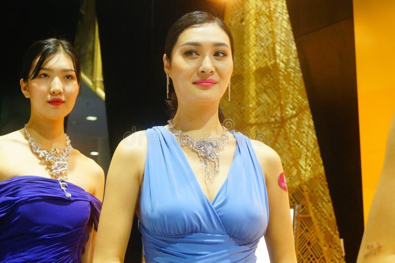 Guld- smycken för härlig kvinnlig modellshow på Shenzhen den internationella smyckenshowen arkivbilder