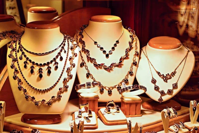 Guld- smycken med bohemiska granatrött royaltyfria bilder