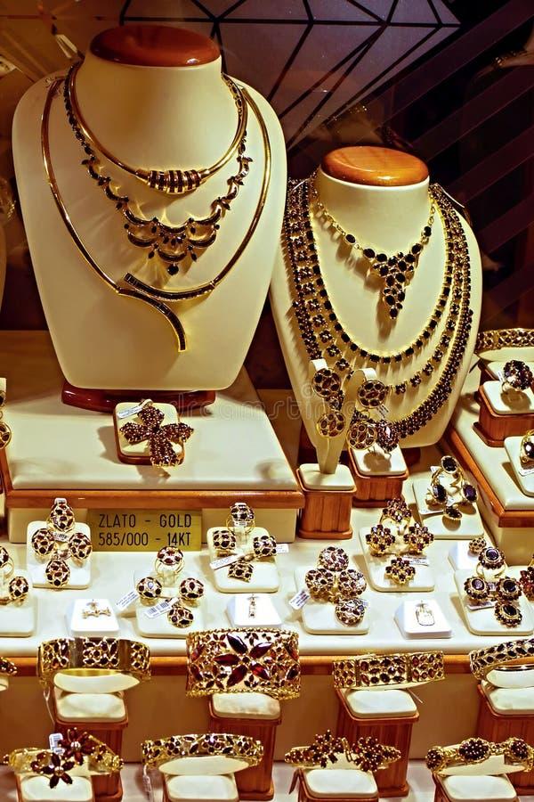 Guld- smycken med bohemiska granatrött arkivfoto