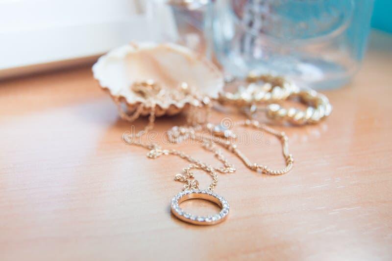 Guld- smycken och ett skal royaltyfria foton