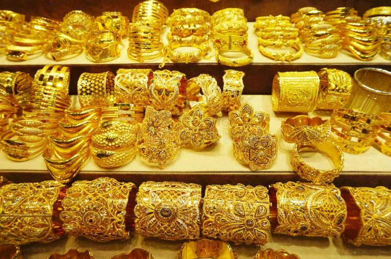 Guld- smycken på den Dubai gulden Souk arkivbild