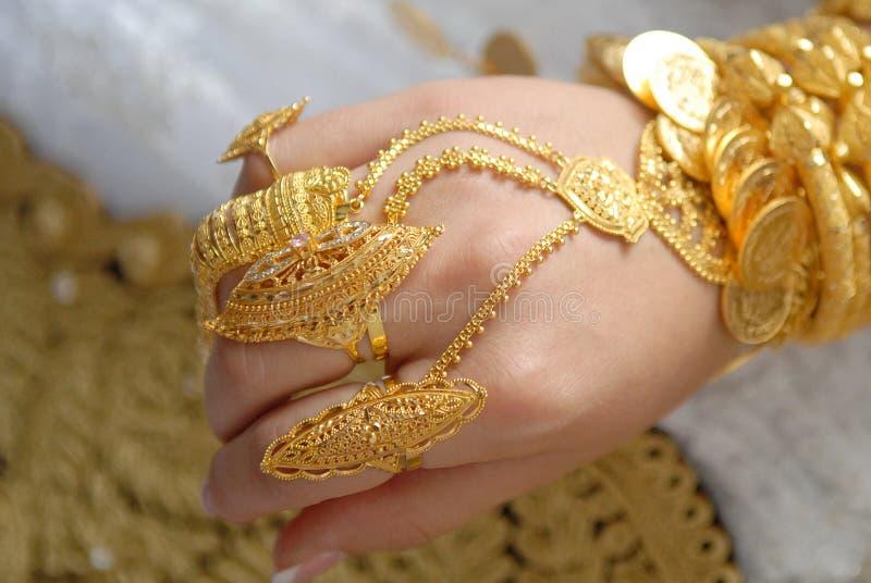 Guld- smycken på händerna av en muslimsk brud royaltyfria foton