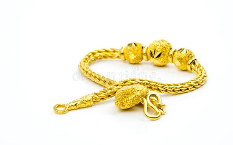 Guld- smyckenarmband för thailändsk stil som isoleras på vit bakgrund med kopieringsutrymme arkivfoto