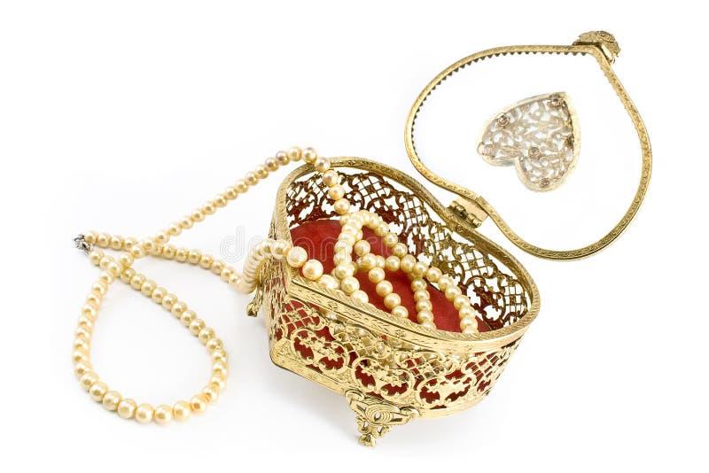 Guld- smyckenask med det pärlemorfärg halsbandet royaltyfria bilder