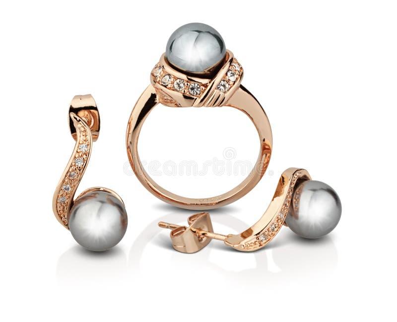 Guld- smyckenuppsättning med pärlor som isoleras på vit, snabb bana royaltyfri fotografi