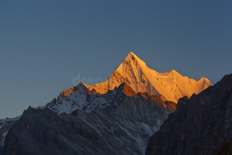 Guld- sol som skiner på berget Xianuoduoji fotografering för bildbyråer