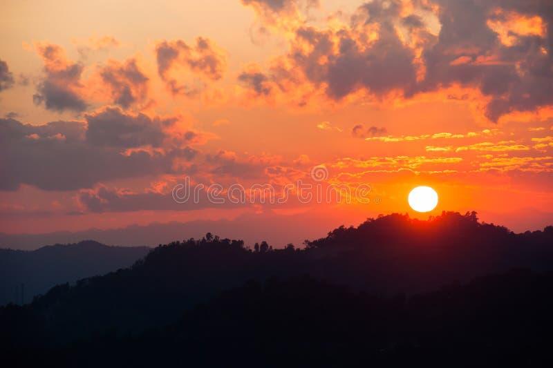 Guld- solnedgång över bergöverkanten fotografering för bildbyråer