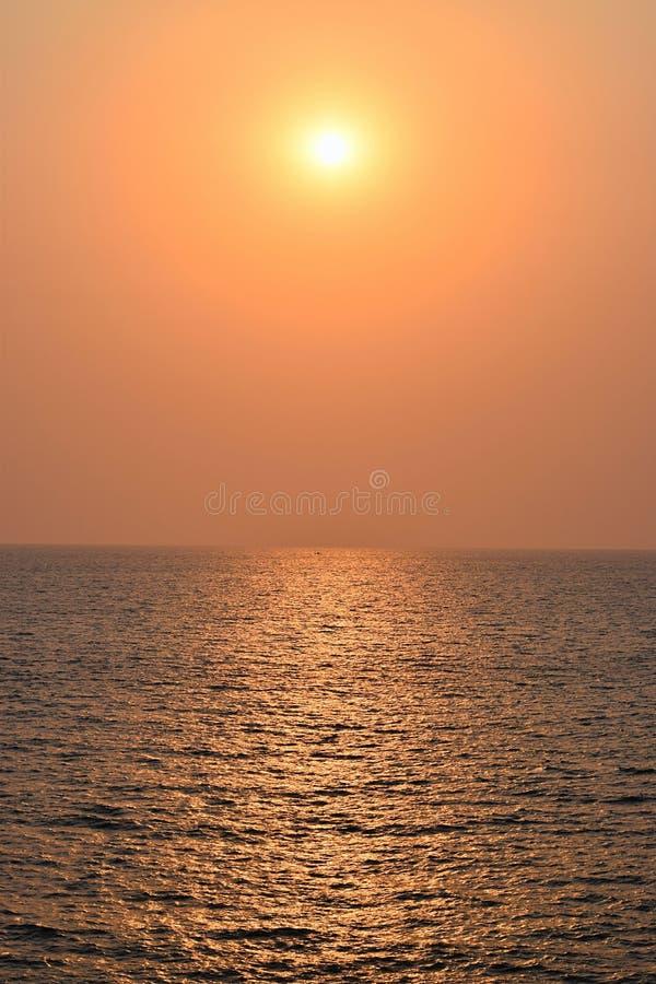 Guld- solnedgång över det oändliga havet arkivfoto