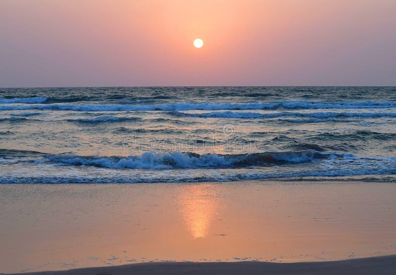 Guld- solnedgång över havet med färgrik himmel, Ratnagiri, Maharashtra royaltyfria foton